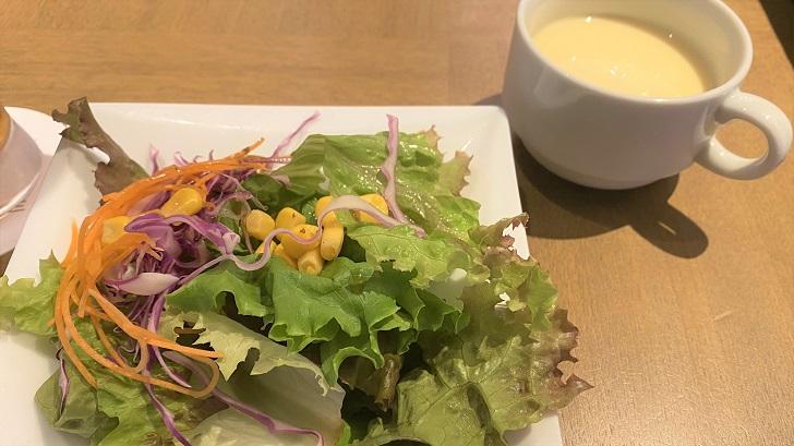 HARBOR CAFE ALL DAY DINING(ハーバーカフェオールデイダイニング)のランチセットのサラダとスープ