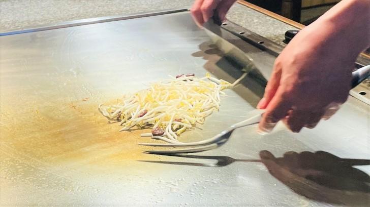 大井肉店本店レストランのもやしを炒めているところ