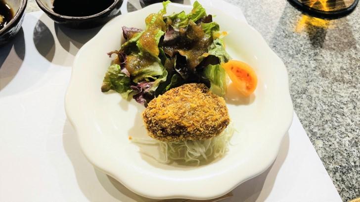 大井肉店本店レストランのメンチカツとサラダ